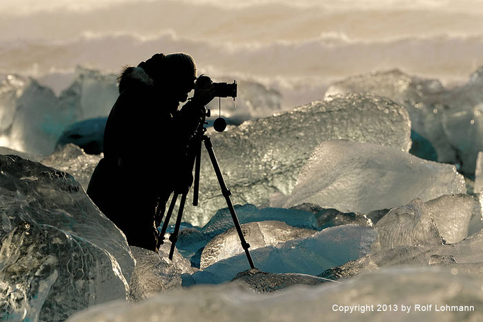 Rolf Lohmann Bildarchiv Island: Fotograf im Einsatz zwischen Eisbrocken. Reisefotografie, Landschaftsfotografie, SONY Alpha 99. bonnescape.de