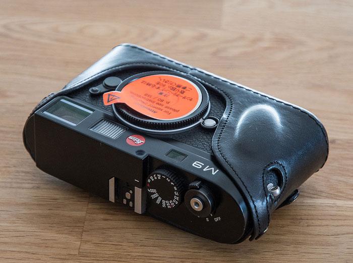 Leica M9 abzugeben. Kamera mit Leder-Bereitschaftstasche von Luigi Leicatime. Frontansicht. Foto: bonnescape.de