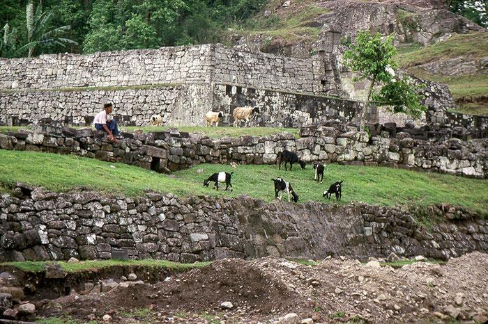 Ruine des Fürstenpalastes Kraton Ratu Boko bei Yogyakarta, Zentraljava. Nikon F4. Foto: bonnescape 1993
