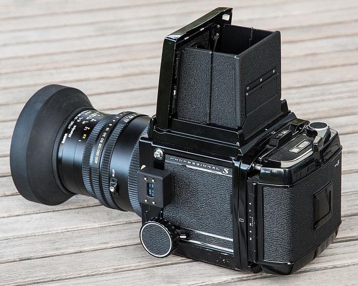 Aufsteck-Belichtungsmesser im Test: Mamiya RB67 Pro S mit aufgestecktem V102. Foto: bonnescape