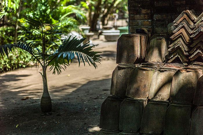 Reisefotografie: Alte Tonschindeln warten auf einen neuen Einsatz. LEICA M9, mit Elmarit 2,8/90 mm, Foto: Klaus Schoerner