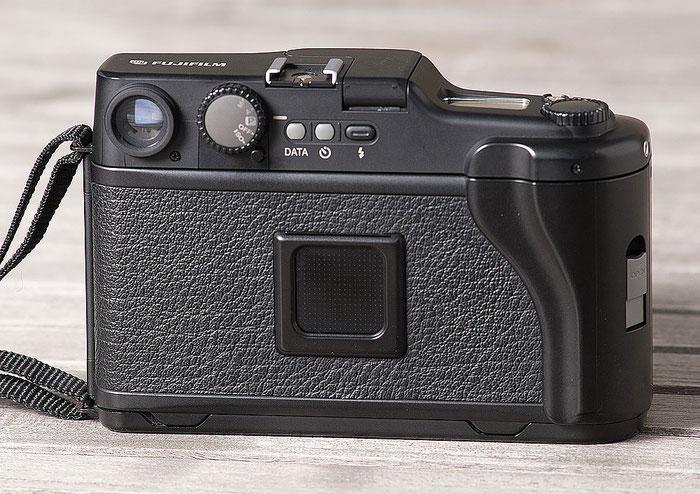 Test FUJIFILM GA645W Professional Wide, analoges Mittelformat, Kamera-Rückseite. Foto: bonnescape