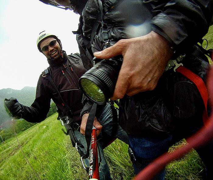 Härte-Test für die Ausrüstung: Kurz nach der Landung. Die ungeschützte NIKON hat den Eisregen irgendwie überstanden. Foto: Klaus Schoerner