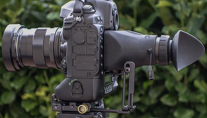 Erfahrungen mit der Hoodloupe an der Nikon D4, Seitenansicht. Copyright 2016 by Klaus Schoerner
