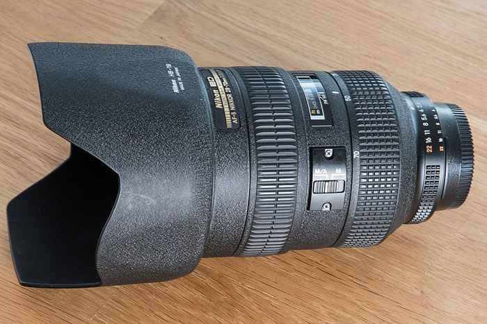 NIKON AF-S 28-70 mm f/2.8 D IF-ED, liegend, mit Gegenlichtblende, Foto: bonnescape.de