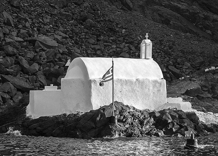 Kapelle am Nordrand der unwirtlichen Insel Palea Kameni inmitten der Caldera von Santorini. Canon G11. Foto: Klaus Schoerner