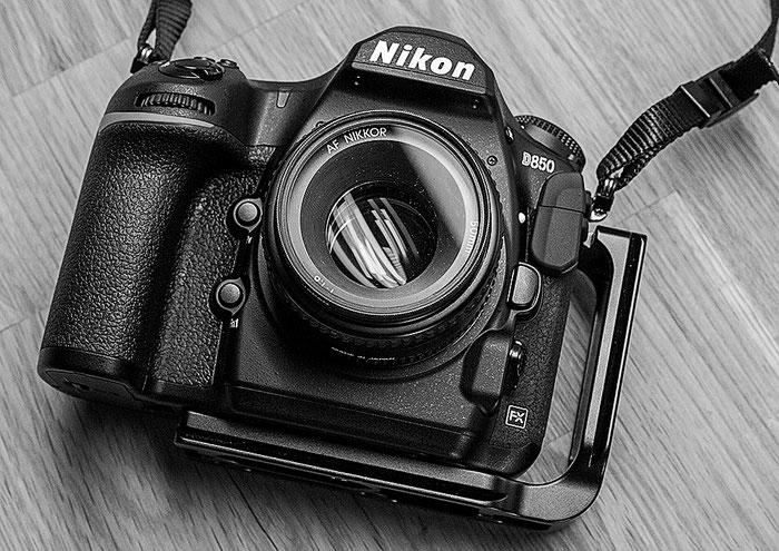Vorderansicht: Nikon D850 mit L-Winkel PNL-D850 von Sunway. Foto: bonnescape
