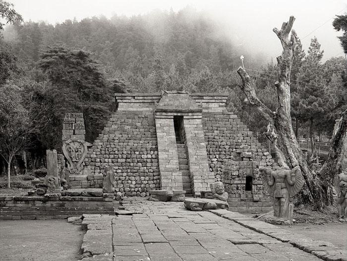 Hindutempel Candi Sukuh von 1437, Zentral-Java, Indonesien. Exakta 66. Foto: bonnescape 1993