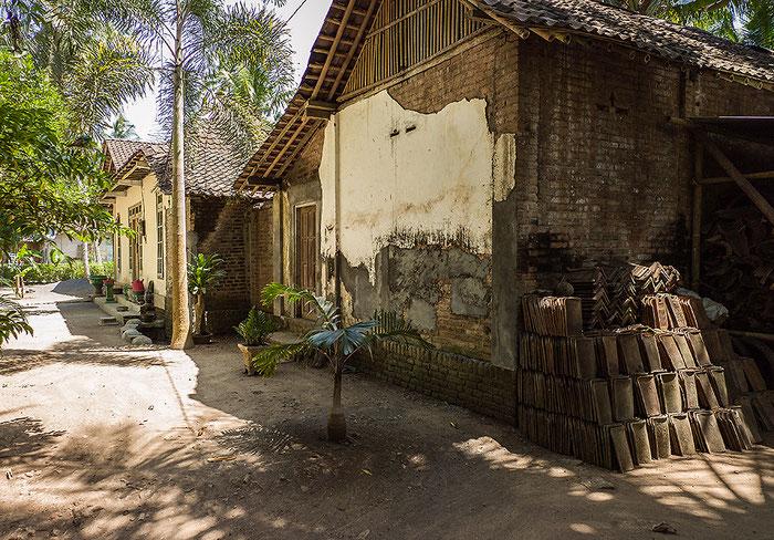 Reisefotografie: Rückwärtige Ansicht eines javanischen Bauernhauses mit Scheune. LEICA M9, mit ZEISS Biogon 2,8/21 mm, Foto: Klaus Schoerner