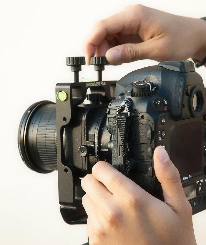 Bedienungsweise im Test: Agno's Jumbo MBS Plus, Festschrauben der Nikon D4 mit Shift/Tilt PC-E 24 mm 1:2,5 D ED, Foto: bonnescape