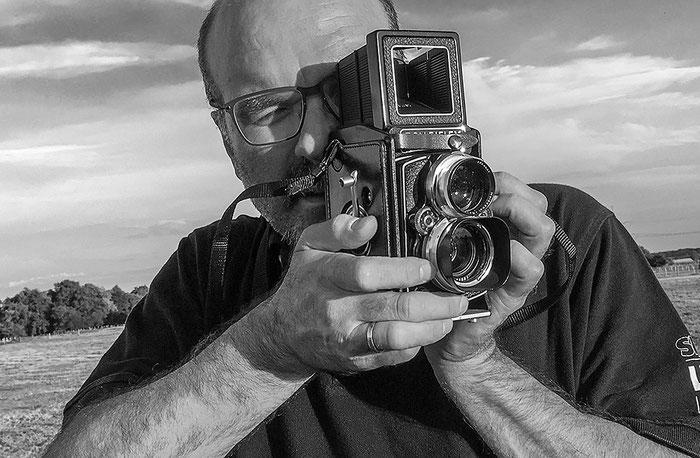 Praxistest ROLLEIFLEX 2,8 GX, Kamerahaltung beim Fotografieren mit dem Rahmensucher. Foto: bonnescape