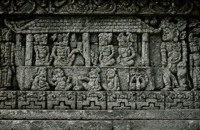 Reliefszene von der Südseite des Candi Jago. Gezeigt ist das Würfelspiel der Pandawa und Korawa im Mahabharata-Epos. Nikon F4. Foto: bonnescape 1993