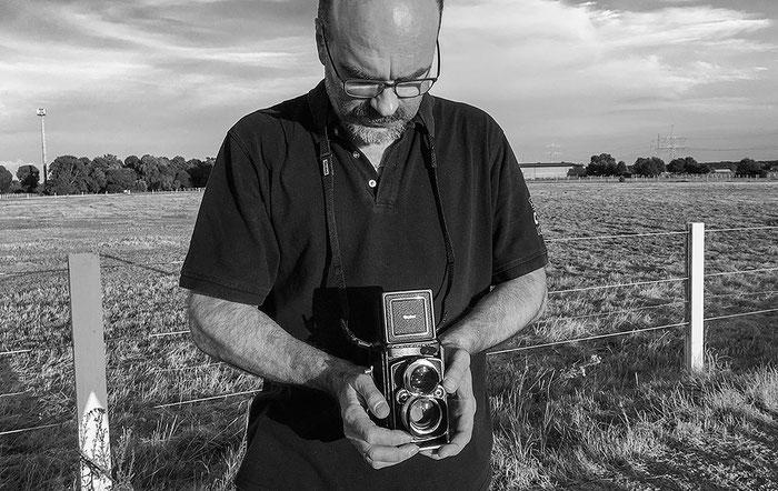 Praxistest ROLLEIFLEX 2,8 GX, Kamerahaltung beim Fotografieren mit dem Schachtsucher. Foto: bonnescape