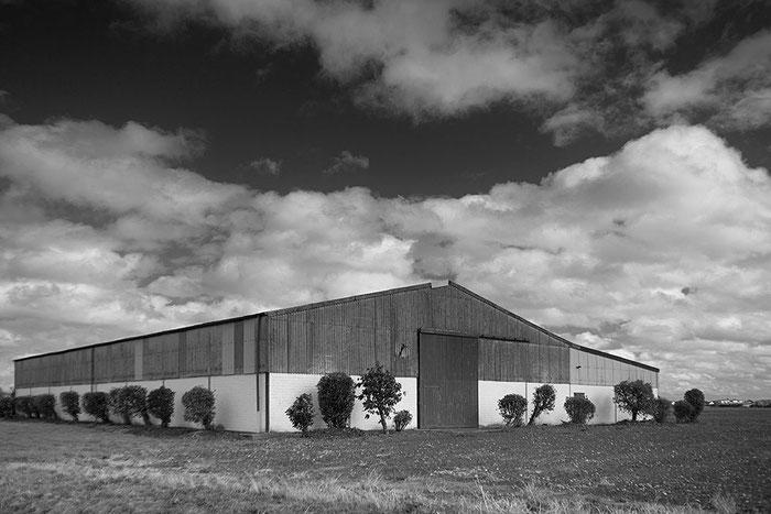Scheune auf freiem Feld, Aufnahme mit dem 3.5/30 mm Lydith an der Nikon Z7. Foto: bonnescape