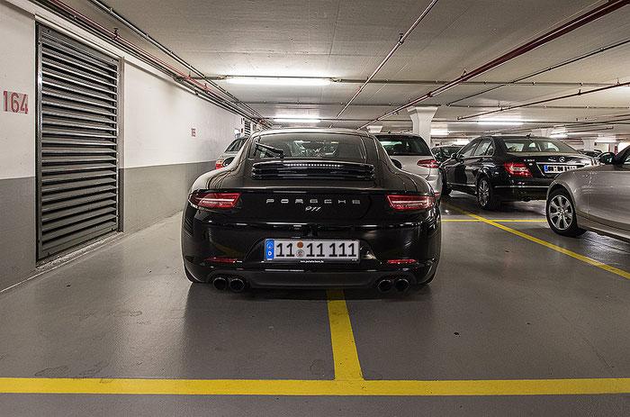 Porsche 911 belegt 2 Parkplätze, NIKON D750 und PC-E-Nikkor 24 mm 3,5. Foto: bonnescape