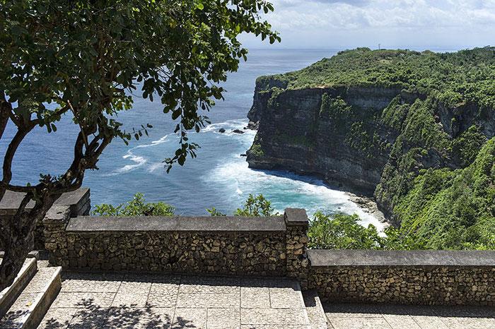 Blick vom Pura Uluwatu auf die benachbarten Klippen. Foto: Klaus Schoerner