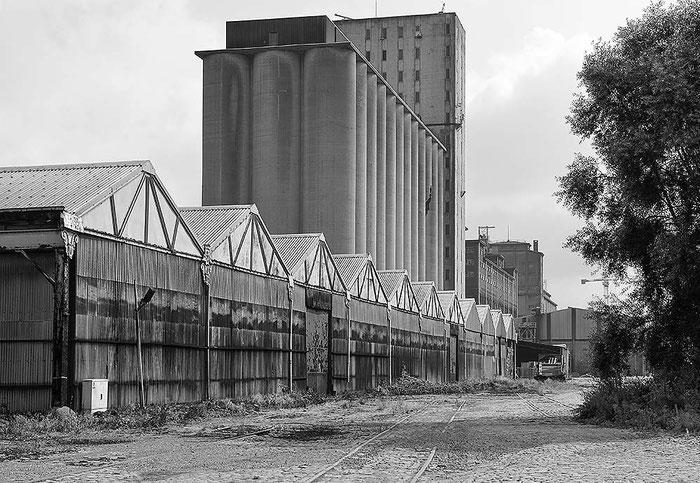 Wellblechhallen am Hafen, Antwerpen. AF-S Nikkor 28-70 mm, 1: 2,8 D ED 62 mm, NIKON D4, ISO 200, 1/400 Sek., Blende 11. Foto: Dr. Klaus Schoerner
