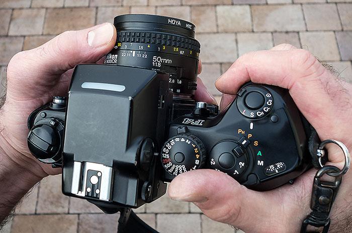 Gut ausbalanciert liegt die Nikon F4 in den Händen. Copyright 2016 by Klaus Schoerner
