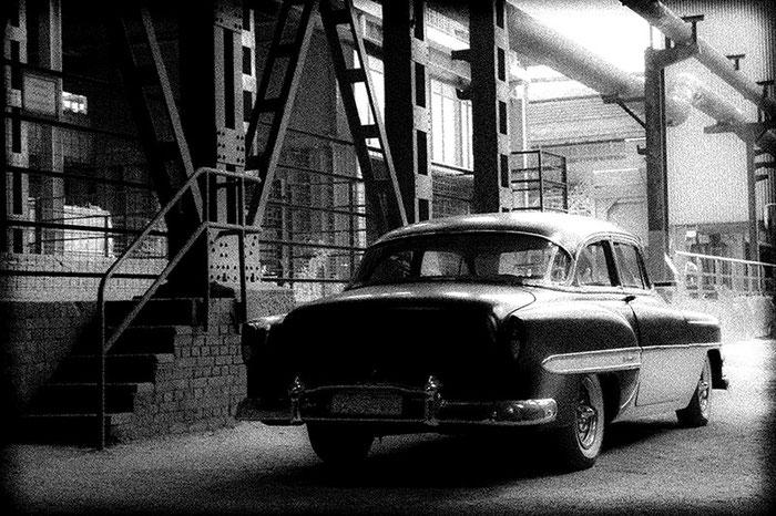 Nachtrag: Impressionistischer Bildeffekt in Schwarzweiss. 1953er Chevrolet Bel Air, Foto: Klaus Schoerner