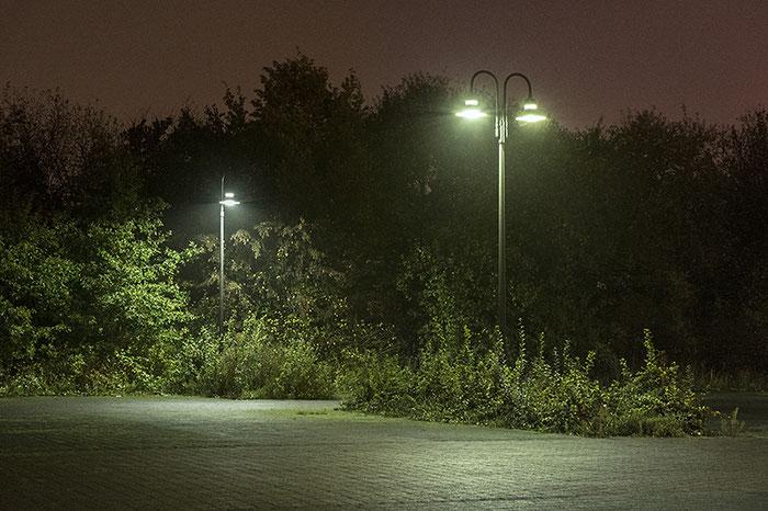 Test: Nachtaufnahme extrem auf einem Parkplatz bei Nieselregen. Copyright 2016 by Dr. Klaus Schoerner
