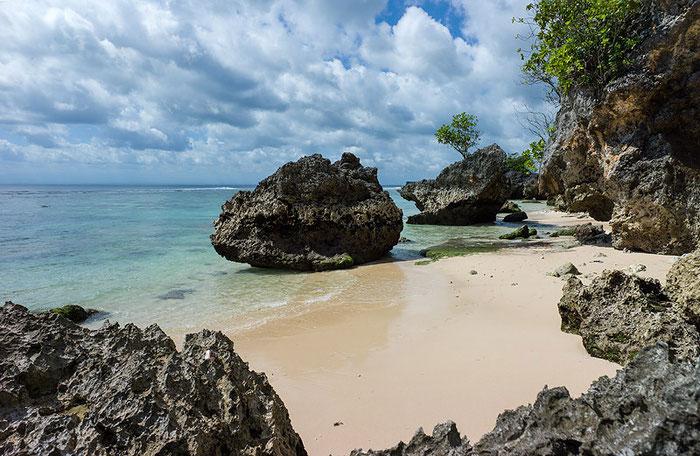 Felsenkulisse am Pantai Padang Padang bei Uluwatu, Südbali. Foto: Klaus Schoerner