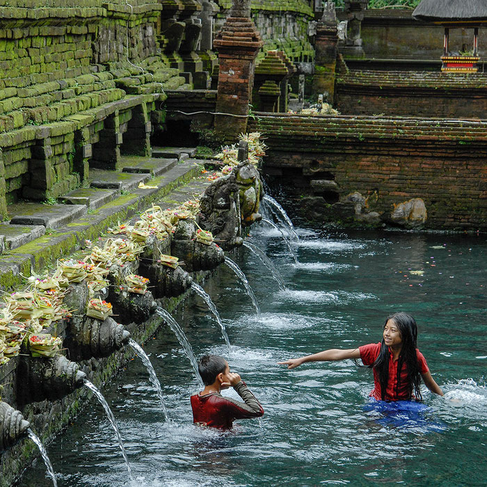 Reisefotografie: Pura Tirta Empul. Alter Wassertempel mit badenden Kindern, Bali. Nikon D200, Nikkor AF 2,8-4/28-85 mm. Foto: Klaus Schoerner