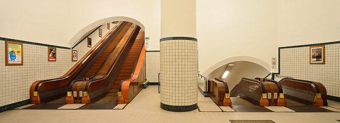 Zwischenebene im Sint-Ana-Tunnel, Antwerpen PC-E Nikkor 24 mm, 1:3,5 D ED, zwei geshiftete Teilaufnahmen (Maximal-Shift links - Maximal-Shift rechts). Foto: Dr. Klaus Schoerner