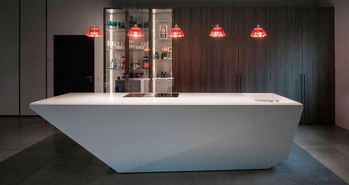 ZON EICHEN, moderner Küchenblock aus CORIAN® in der Küchenausstellung des exklusiven Möbelhauses. Veröffentlicht im CUBE-Magazin 01/2020. Foto: Dr. Klaus Schörner