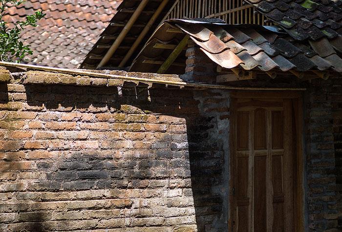 Reisefotografie: Gut verschlossener Hintereingang des Bauernhofs, Zentraljava. LEICA M9, mit Summicron 2,0/50 mm, Foto: Klaus Schoerner