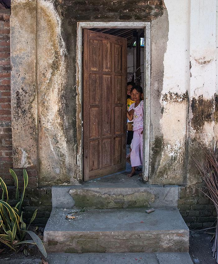 Reisefotografie: Die Hintertür eines javanischen Bauernhauses mit Scheune. LEICA M9, mit ZEISS Biogon 2,0/35 mm, Foto: Klaus Schoerner