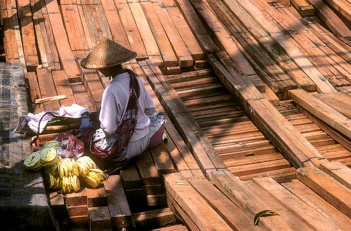 Händlerin auf einem Holzkahn im Hafen von Jakarta, Nikon F4 mit AF-D ED 2,8/80-200 mm, Copyright 1993 by Klaus Schoerner