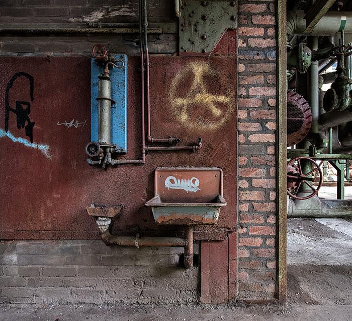 Praxistest NIKON D850, AF-S 14-24 mm 1: 2,8, Landschaftspark Duisburg, Wand mit Armaturen. Foto: bonnescape