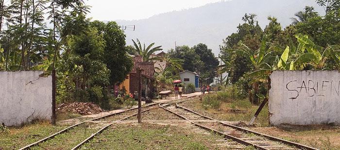Ausfahrt des Bahnhofs von Ambarawa. Copyright 2009 Dr. Klaus Schoerner