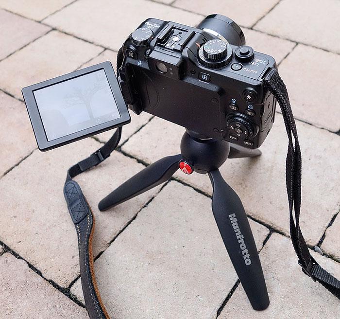 Test: Sicherer Stand der Canon G11 auf dem Manfrotto MTPIXI-B Ministativ. Foto: Klaus Schoerner