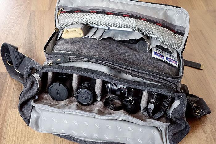 Test: Was passt rein? Geöffnete, voll bestückte Kameratasche Kalahari Kapako K-35. Foto: Klaus Schörner