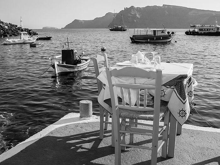 Gedeckter Tisch direkt am Wasser. Foto Klaus Schoerner