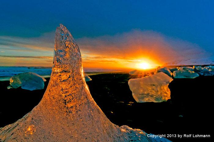 Rolf Lohmann Bildarchiv Island: Eisbrocken am schwarzen Sandstrand, Gletscherlagune Jökulsárlón. Reisefotografie, Landschaftsfotografie, SONY Alpha 99. bonnescape.de