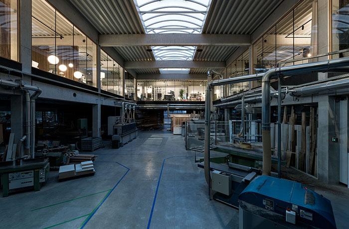 ZON EICHEN, Blick von der Schreinerei im Zentrum des Gebäudes auf die Ausstellungsgalerie mit Designermöbeln. Foto: Dr. Klaus Schörner