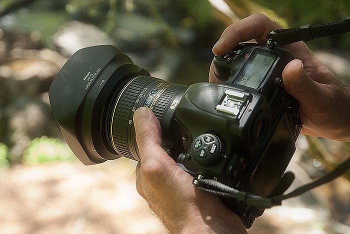 Tolle Ergonomie: NIKON D500 mit AF-S 16-80 mm 1:2,8-4E ED, Foto: bonnescape