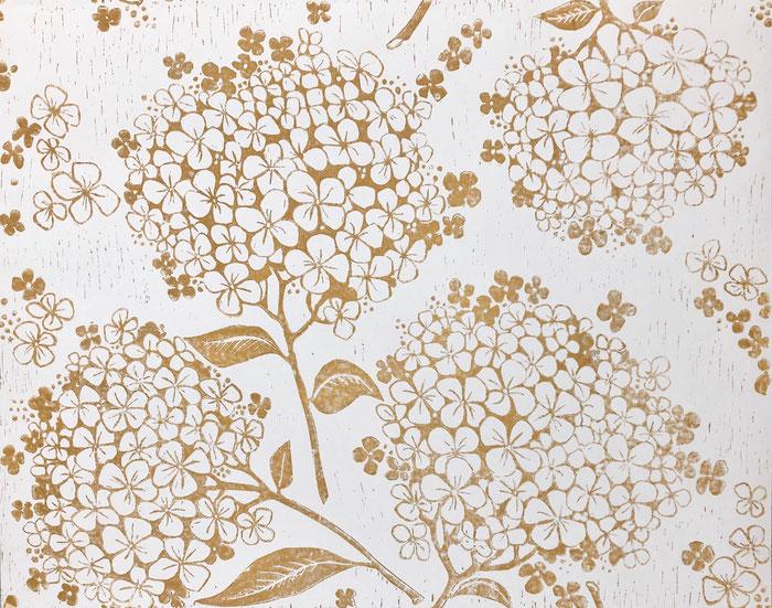 HORTENSIA in Skagengelb ist eine handgedruckt Tapete von PRINT GARDEN Tapetenmanufaktur aus Hamburg. Gedruckt mit reiner Leinölfarbe auf Makularturtapete von Erfurter Tapete.