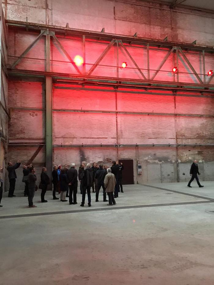 Volker Schmidt und Thilo Gollan führen durch die Hallen auf der Roddenkoppel, Foto J. Simonsen