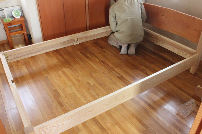 桜の一枚板ヘッドボードのセミダブルベッド(川崎市・S様邸)組み立て2