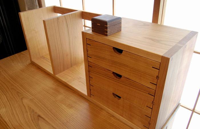 桜材の框組学習机(真鶴町・N様邸)抽斗付き卓上本立て