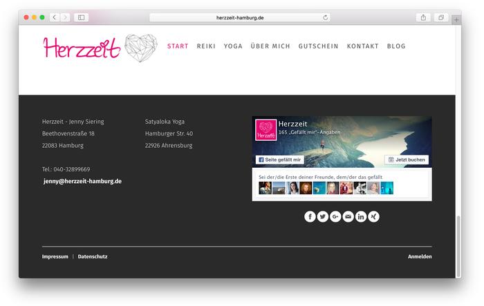 Die Seitenbetreiberin von Herzzeit Hamburg listet in der Fußleiste ihrer Yoga-Seite wichtige Informationen auf, die von jeder Stelle auf der Webseite einsehbar sein sollten.