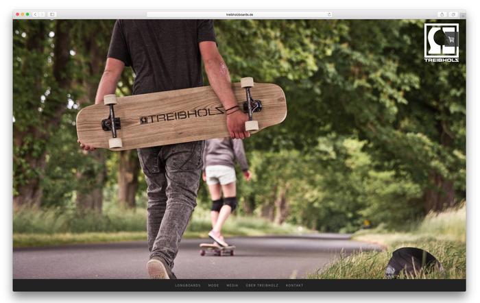 """Die Jungs von """"Treibholz-Boards"""" stellen Longboards aus Treibholz her. Die hochwertigen Fotos setzen die Produkte perfekt in Szene."""