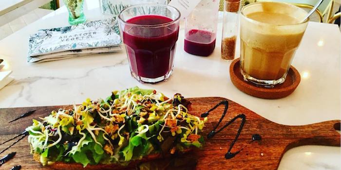 avocado toast breakfast at abattoir végétal paris