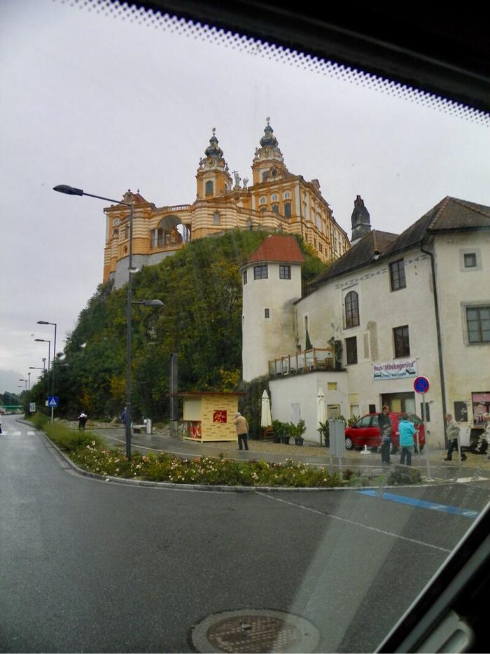Kloster Melk im Vorbeifahren durch unser Panoramadachfenster.  Nicht schlecht unsere alte Kamera.