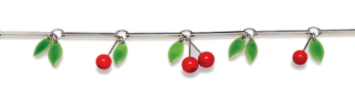 Detailansicht einer Kirschenkette mit roten Glaskirschen und grün emaillierten Blättern