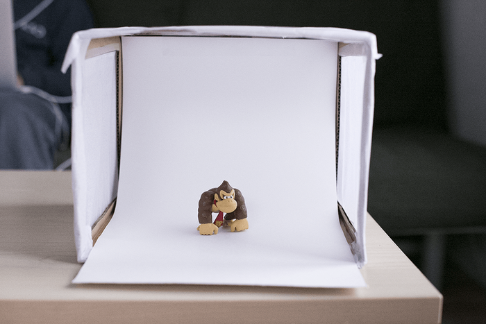 Caja de luz casera con muñeco para fotografiar