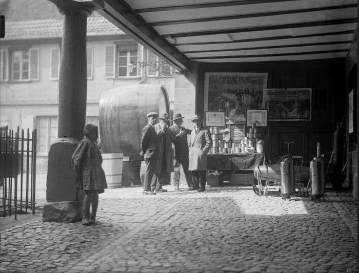 Barr, foire aux vins, stand du Comptoir Français de l'Azote. - (sans date) probablement en 1936 - Fonds BLUMER  8 Z 1211 - Archives de la Ville et de l'Eurométropole de Strasbourg